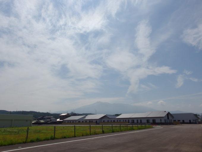 象潟駅近くから望む雄大な鳥海山