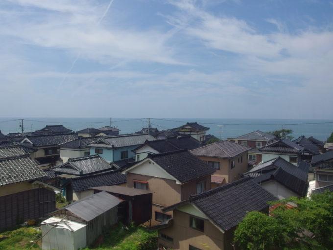 羽越本線車窓から望む日本海沿いの漁村の風情