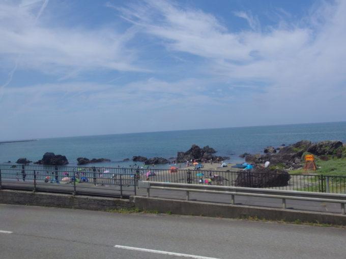 羽越本線車窓から望む海水浴場