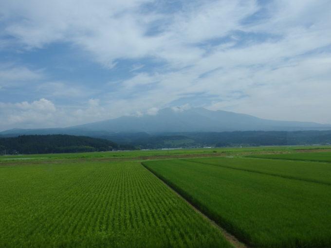 羽越本線緑豊かな庄内米の田んぼの先に聳える鳥海山
