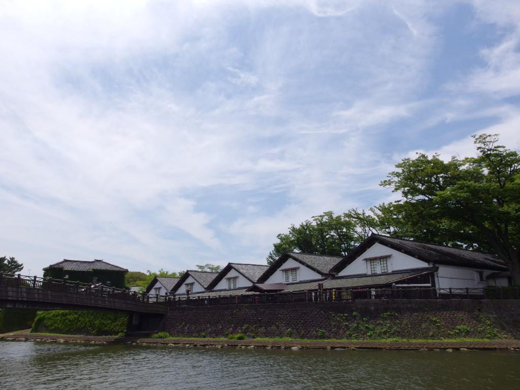 夏の酒田新井田川越しに眺める山居倉庫