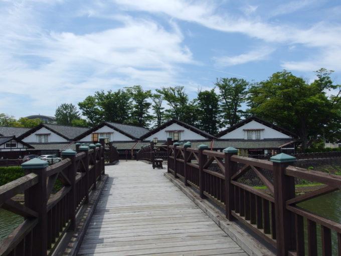 夏の酒田新井田川に架かる山居橋