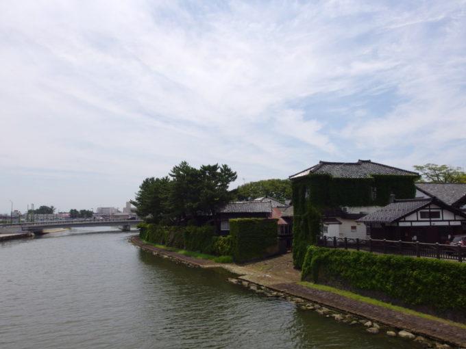 夏の酒田山居倉庫に残る船着き場