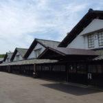 夏の酒田整然と三角屋根が並ぶ山居倉庫