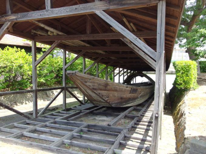 夏の酒田山居倉庫に保存される小鵜飼船
