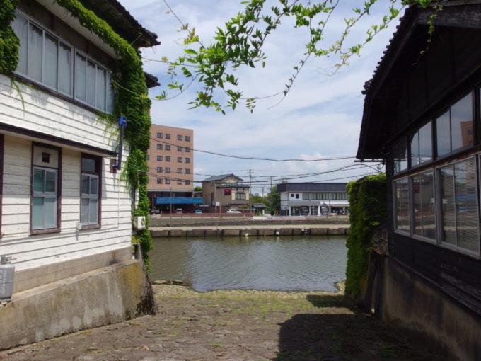 夏の酒田山居倉庫に残る石畳の船着き場
