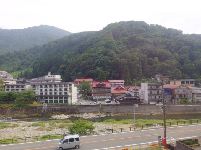 陸羽東線キハ48リゾートみのり車窓から眺める瀬見温泉喜至楼の独特な姿