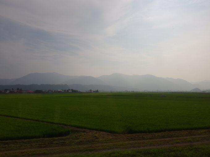 陸羽東線キハ48リゾートみのり車窓を染める夏の田園