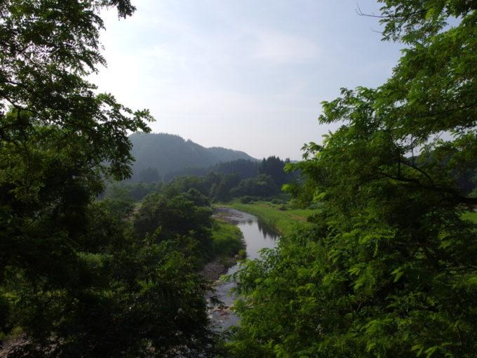 山形県道28号線小国川の支流を渡ればまもなく赤倉温泉