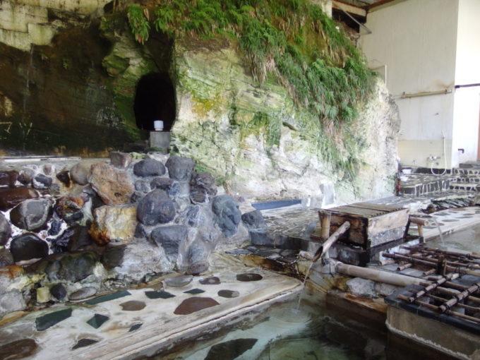 赤倉温泉湯守の宿三之亟植物園のような雰囲気が漂う岩盤と手掘りの穴