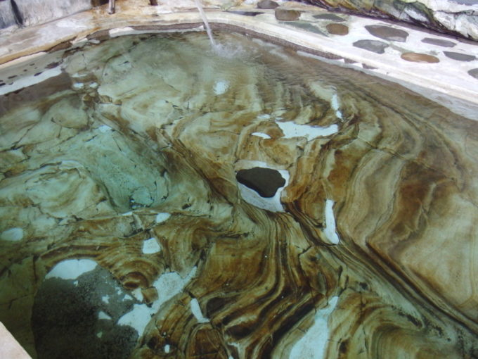 赤倉温泉湯守の宿三之亟江戸時代に手掘りされ現役で使われる岩風呂