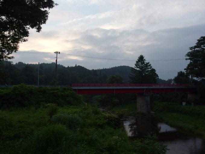 赤倉温泉湯守の宿三之亟窓から眺める夕刻の小国川