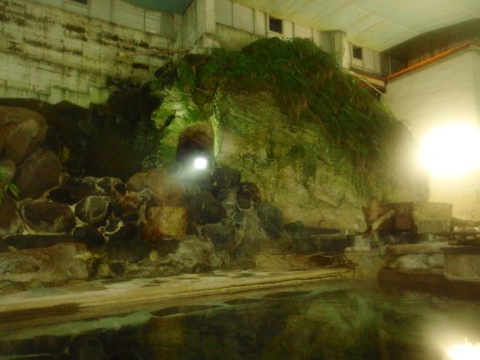 赤倉温泉湯守の宿三之亟独特の風情を持つ夜の大岩風呂