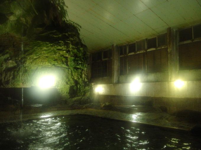赤倉温泉湯守の宿三之亟夜の湯けむり漂う大岩風呂