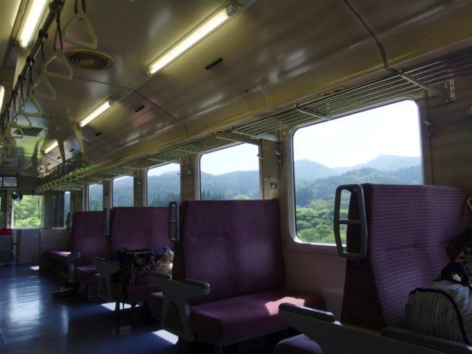陸羽東線キハ110小牛田行き普通列車車窓を満たす夏山の風景