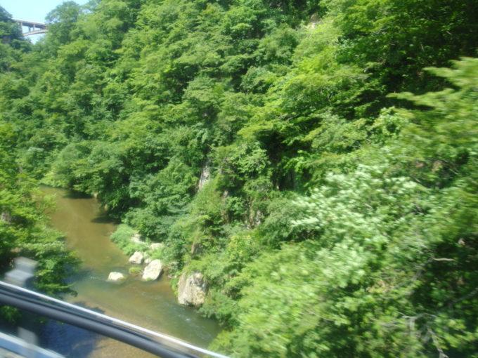 陸羽東線小牛田行き普通列車から眺める夏の鳴子峡