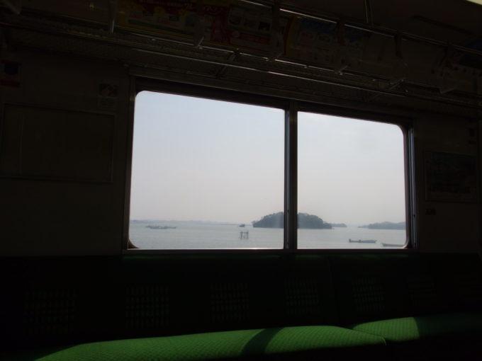 仙石線205系車内から眺める松島の海