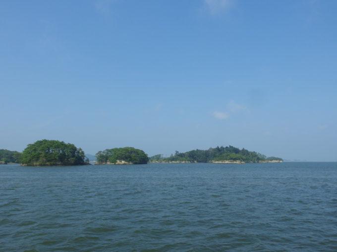 日本三景松島丸文松島汽船浅い松島湾を島沿いに進む