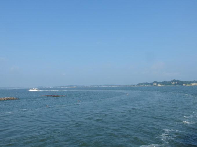 日本三景松島丸文松島汽船牡蠣筏の脇を通る