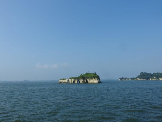 日本三景松島丸文松島汽船並ぶ海蝕洞が印象的な鐘島