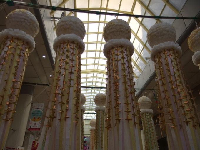 仙台七夕まつり白と金を基調とした美しい吹き流し