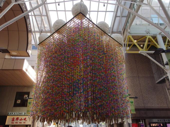 仙台七夕まつりアーケードの交差部に飾られる無数の折り鶴