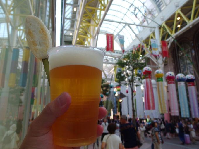 仙台七夕まつり笹かまと生ビール片手に歩く商店街
