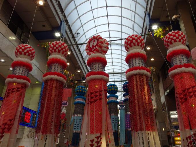 仙台七夕まつり赤い折り鶴と紙飛行機が目を引くJALの七夕飾り