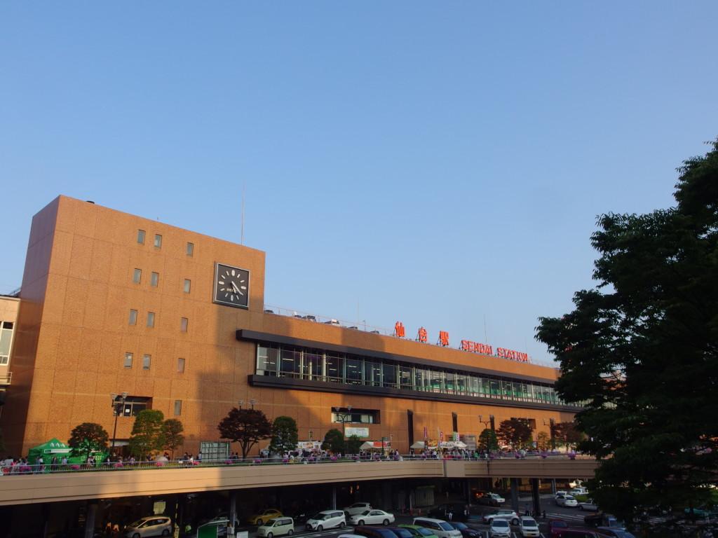夏の東北夕日に染まる仙台駅