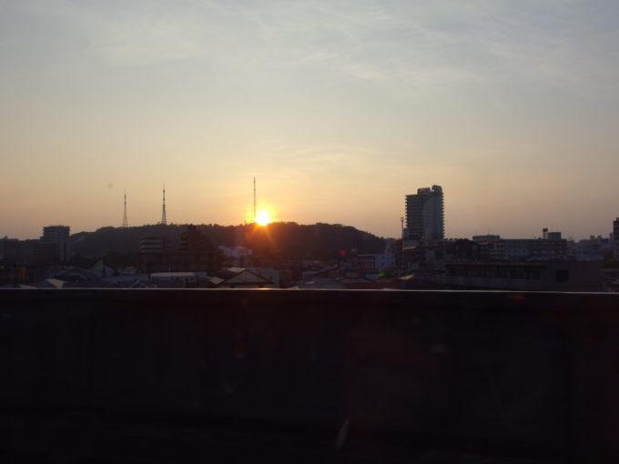 E2系やまびこ号東京行き車窓から見送る仙台の電波塔の建つ山と沈む夕日
