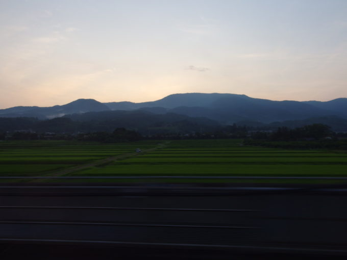 E2系やまびこ号車窓から眺める夕暮れの田んぼ