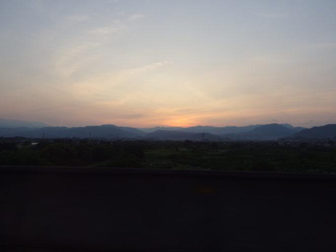 E2系やまびこ号車窓から望む奥羽山脈に沈む陽の名残り