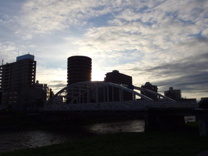 秋の盛岡朝の開運橋
