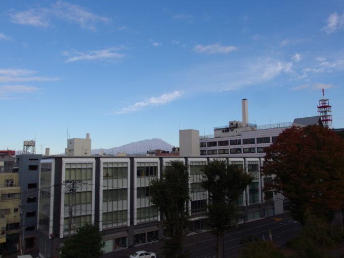 秋の盛岡岩手公園から望むビル越しの南部片富士岩手山