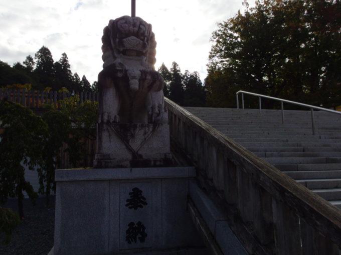 秋の盛岡八幡宮朝日を背にして建つ立派な狛犬