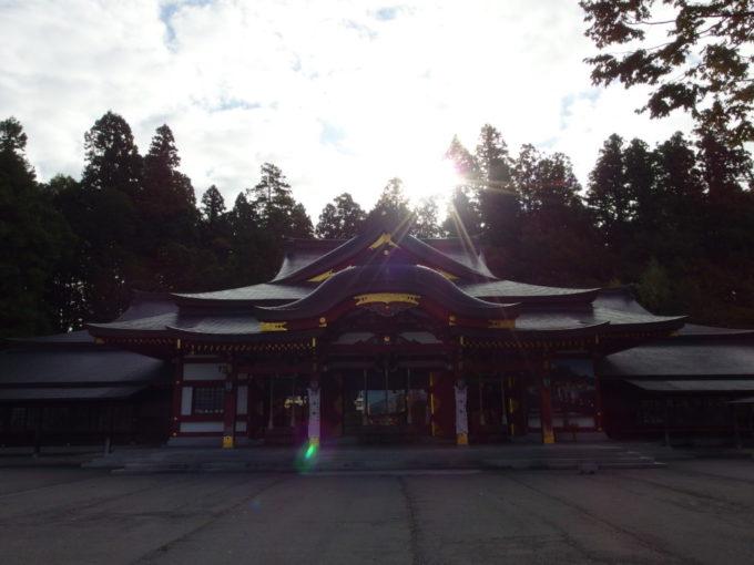 秋の盛岡八幡宮朝日を背にして建つ本殿