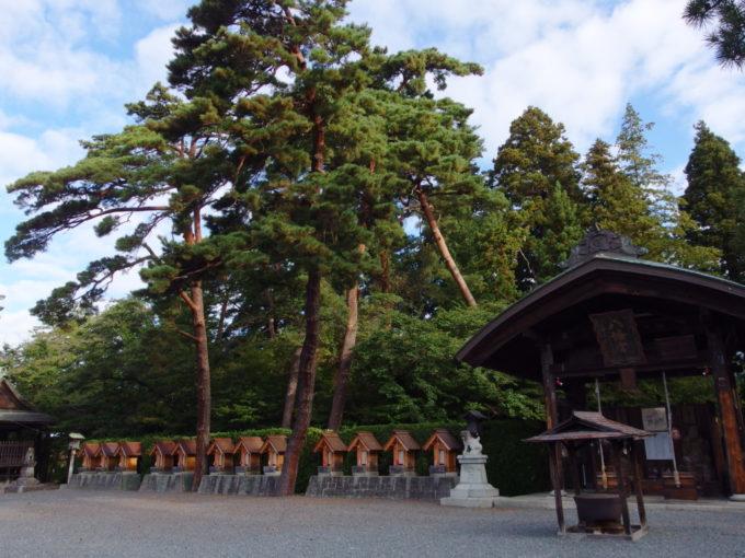 秋の盛岡八幡宮大きな松に守られ並ぶ十二支を祀ったお社