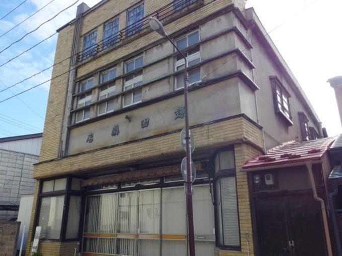 秋の盛岡鎌田薬店のレトロな建物