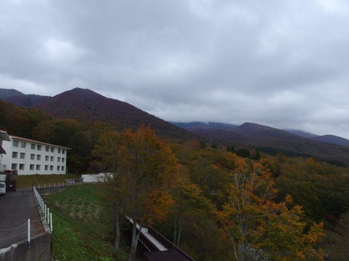 休暇村岩手網張温泉を染めつつある紅葉