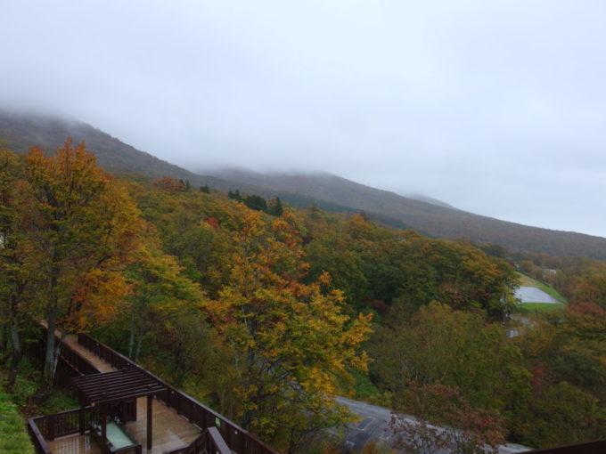 休暇村岩手網張温泉雲に隠れる秋色の岩手山