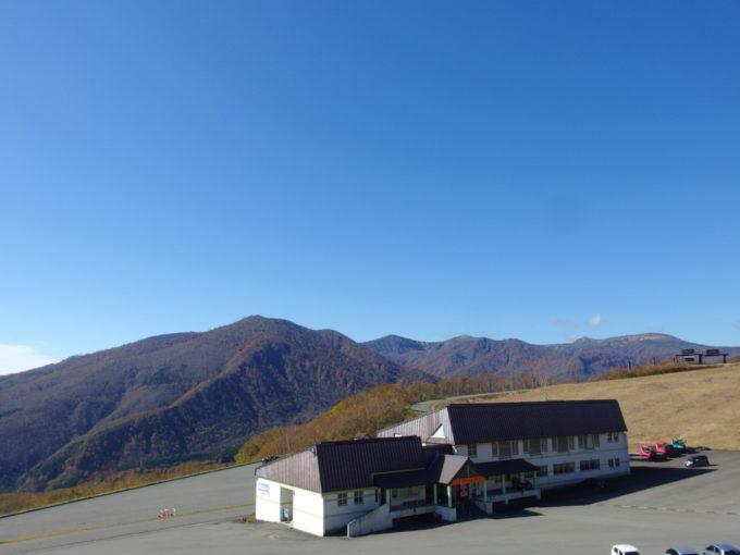 休暇村岩手網張温泉秋色の乳頭山とスキー場