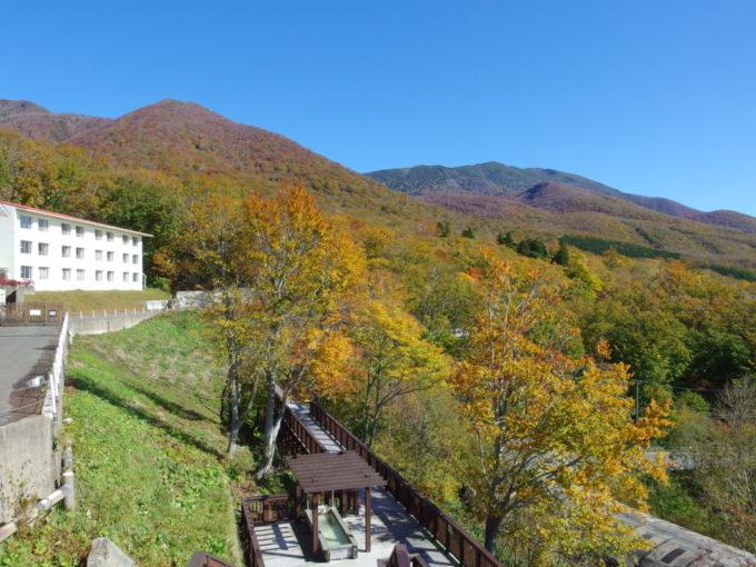 休暇村岩手網張温泉宿を飲み込むように染まる紅葉の山並み