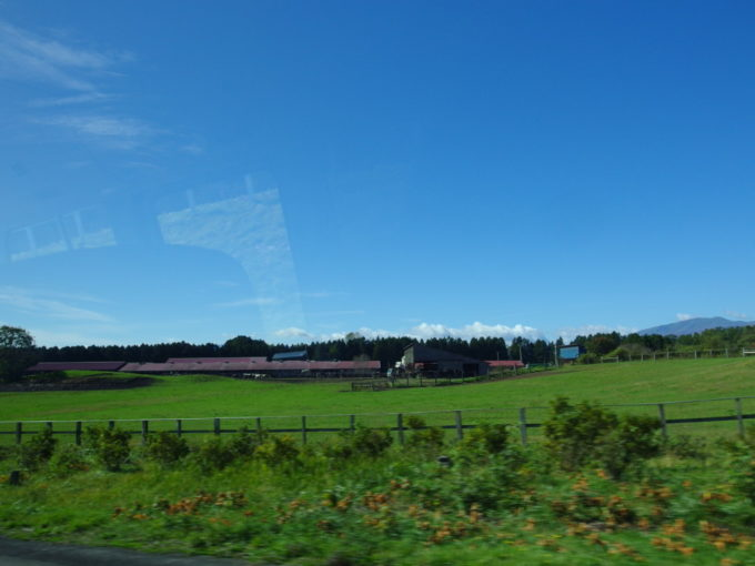 休暇村岩手網張温泉送迎バスから眺める秋の小岩井農場