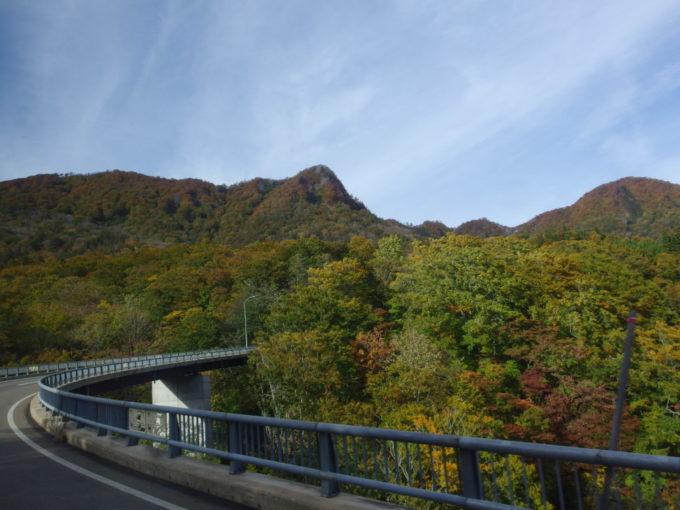 夏油温泉送迎バス車内から眺める秋色の山
