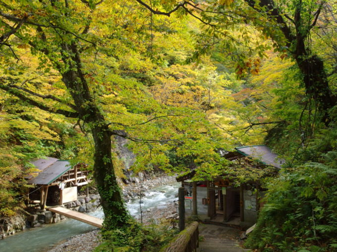 秋の夏油温泉元湯夏油渓流沿いの真湯と女(目)の湯