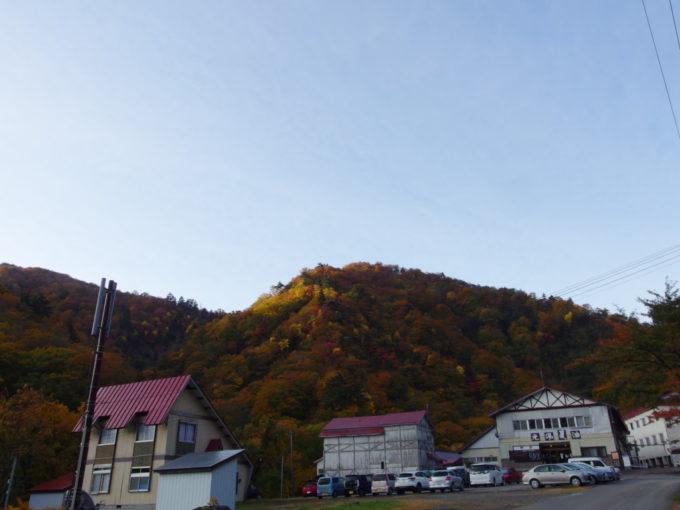 秋の夏油温泉元湯夏油朝日に照らされ輝く錦の山