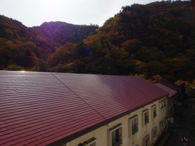 秋の夏油温泉元湯夏油日差しに輝く錦秋の山並み