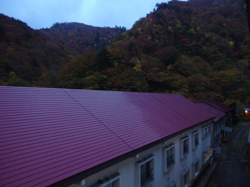 秋の夏油温泉元湯夏油で迎える曇天の朝