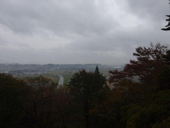 秋の平泉中尊寺東物見台から望む雨の平泉の町