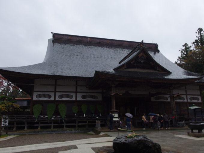 秋の平泉中尊寺雨に濡れる本堂